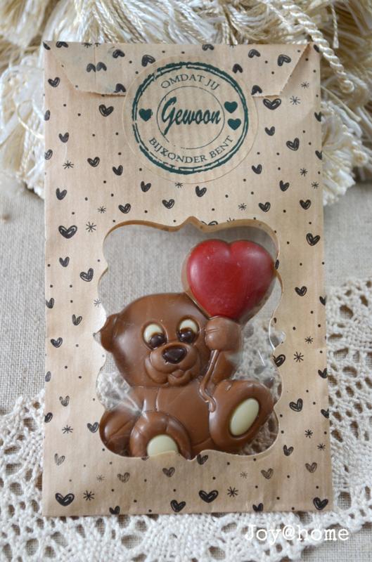 Zakje met chocoladebeertje/hartje en sticker