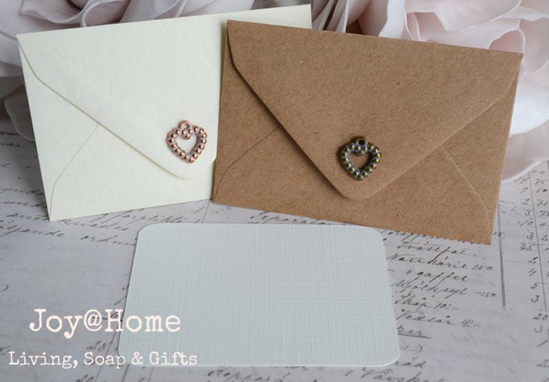 Kraft envelopjes hartje & kaartje eigen tekst. In vele kleuren