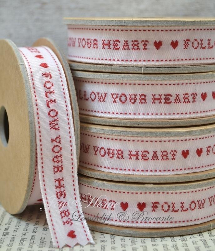 Kartonnen spoel met lint. Follow your heart, wit/rood