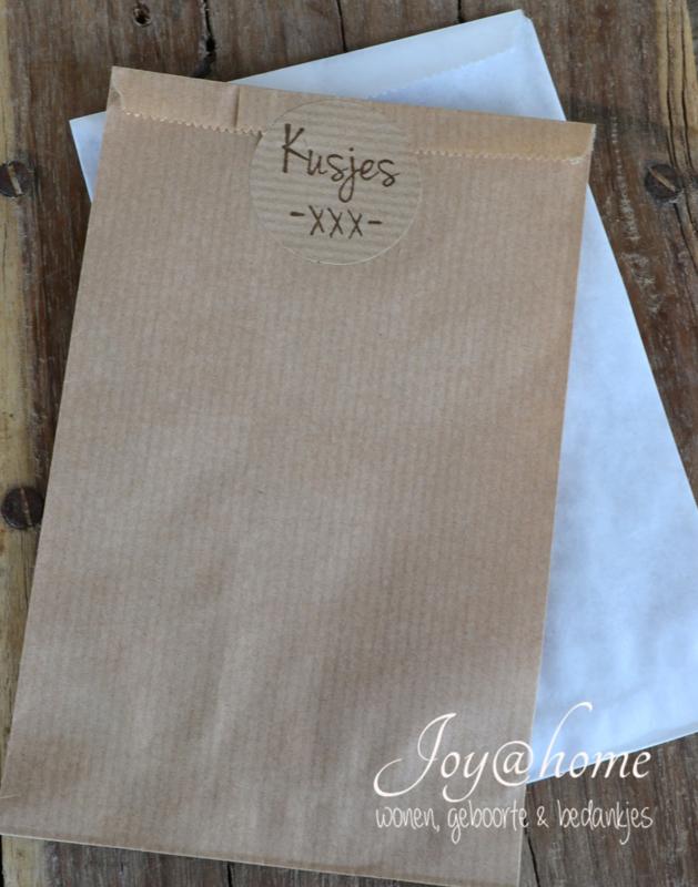 Papieren kraft cadeauzakje bruin of wit met sticker, keuze uit 12