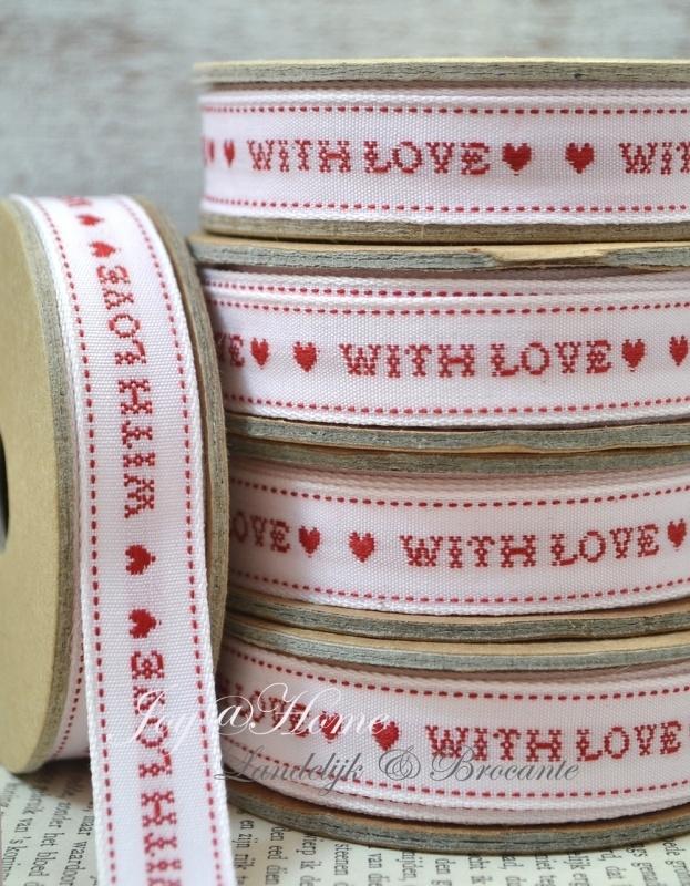 Kartonnen spoel met lint. With love, wit/rood