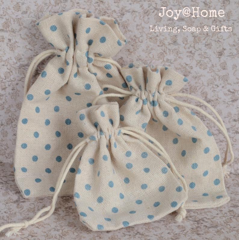 Stoffen cadeauzakjes met blauwe stippen