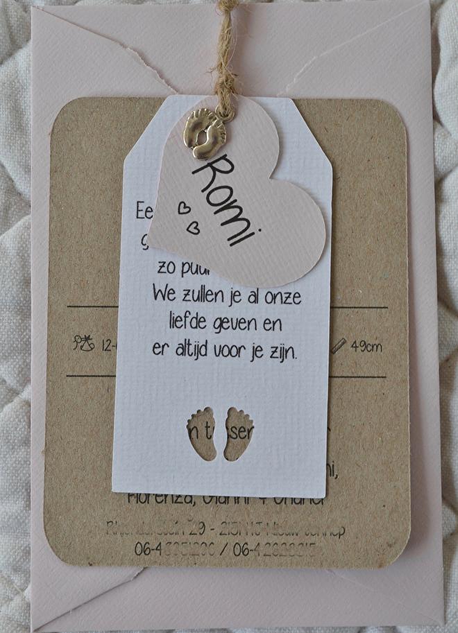 zachtroze,geboortekaart,voetjes,bedel,kraft,touwtje.jpg