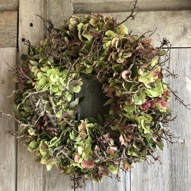 Krans van hortensia en bonsaihout