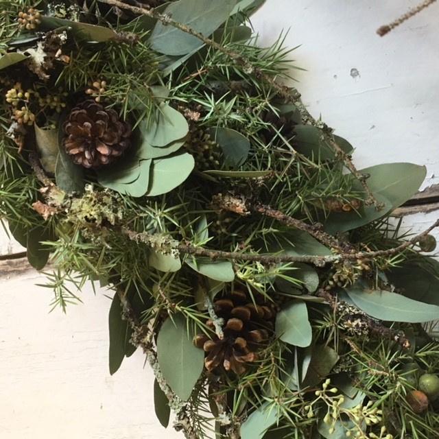 Guirlande van jeneverbes en larixtakken
