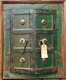 Antieke groene spiegel in deurtjes lijst
