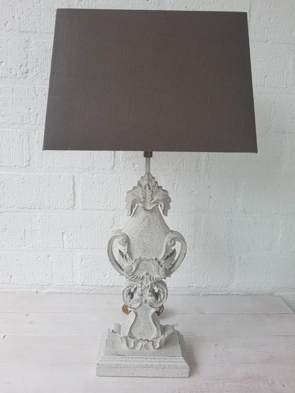 Ecru /grijze landelijke lamp met houten voet en linnen kap. Gert Snel