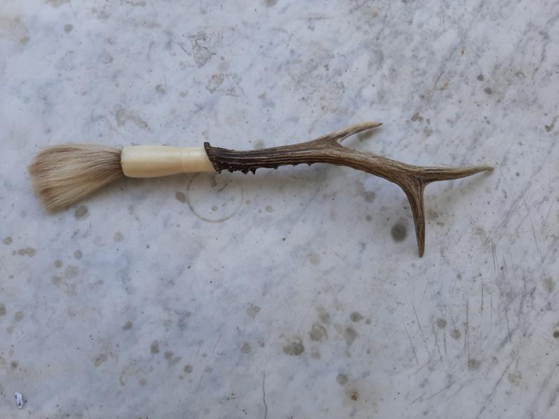 Een decoratief herten gewei, met haren kwast