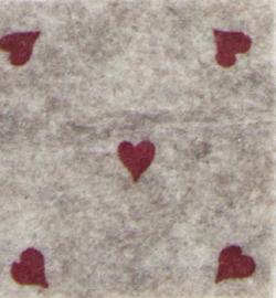 vilt beige met rode hartjes