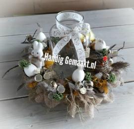 voorjaarskrans met vaas