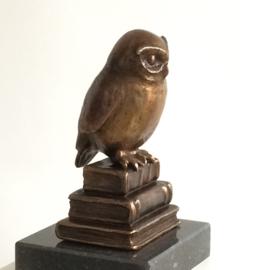 Uil op boeken II - bronzen beeld
