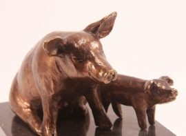 Bronzen beeld varken - zeug met big