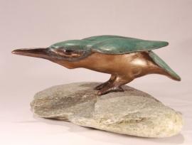Baltsende ijsvogel op steen - bronzen beeld