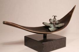Boot met orchidee - gedenkbeeld brons