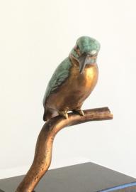 Bronzen beeld ijsvogel - op tak II