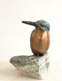 Lief ijsvogeltje - brons op steen