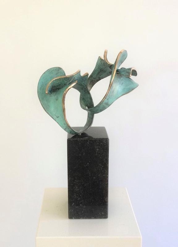 Two hearts together - bronzen huwelijksbeeld