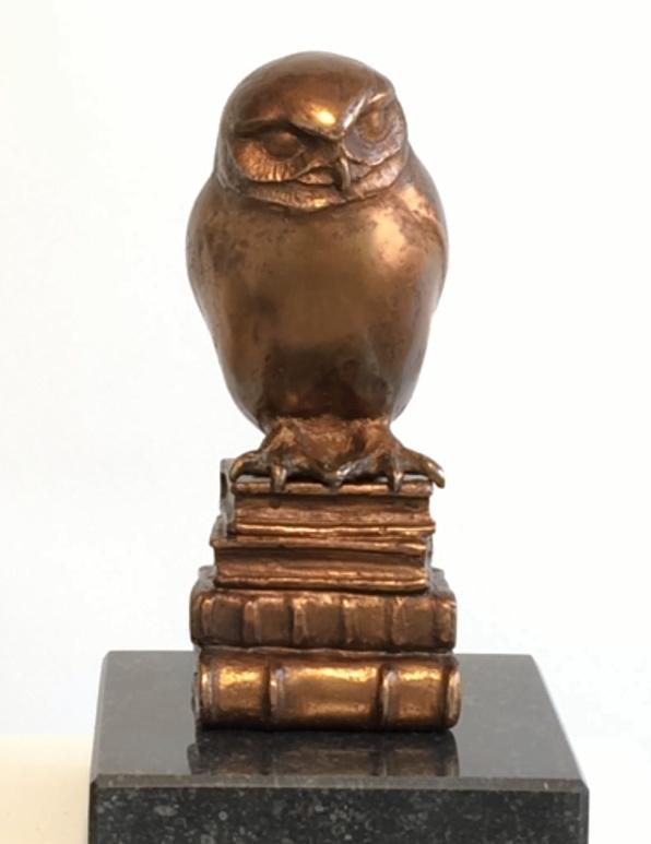 Uil op boeken - bronzen beeld