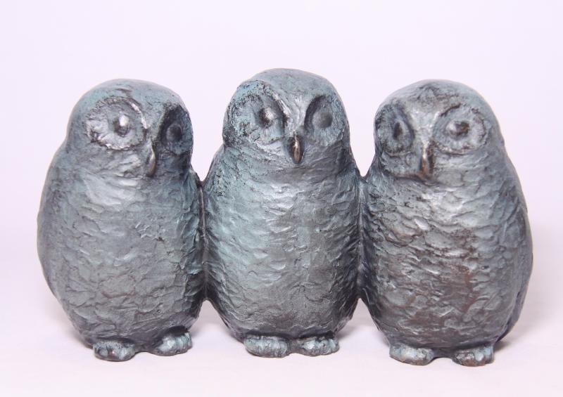 Drie jonge uiltjes - bronzen familiebeeld
