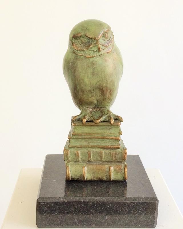 Uil op boeken - bronzen beeld - oudgroene kleur