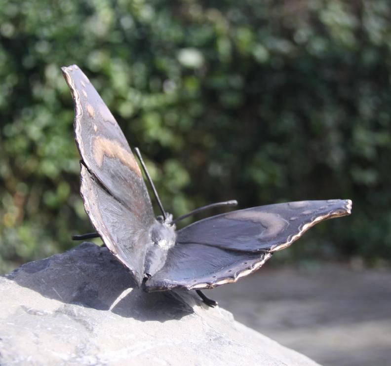 Gedenktekens - beeld vlinder op grafsteen
