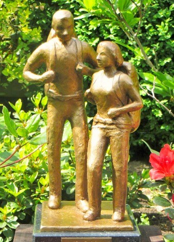 Backpackers - bronze sculpture - Bronzeskuptur