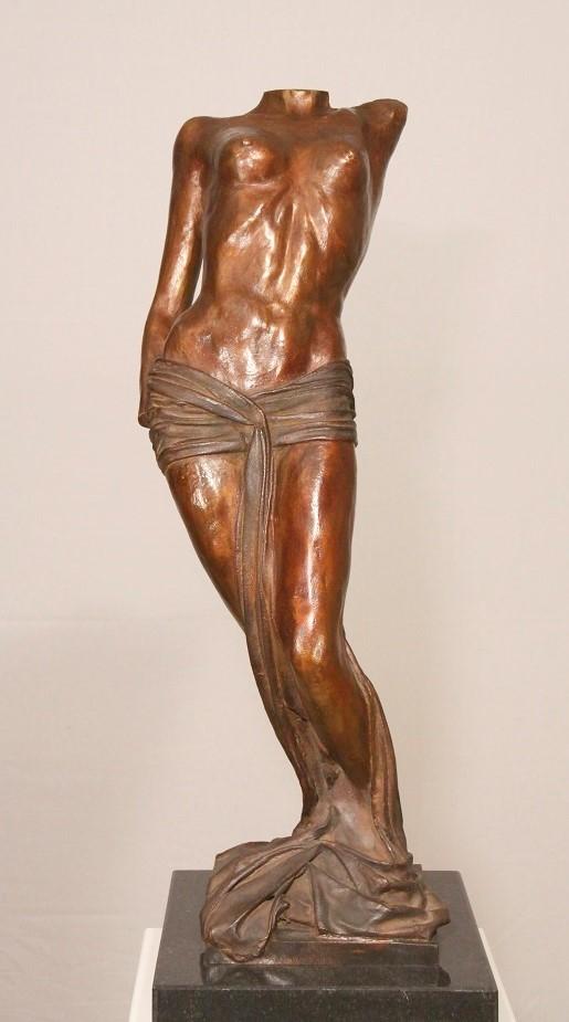 Vrouw in de kunst - bronzen beeld in galerie