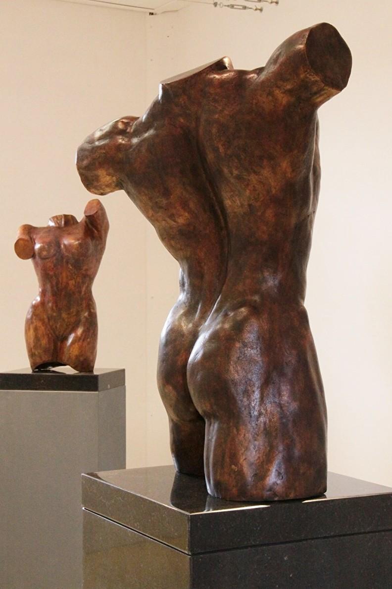 Bronzen beelden mannen en vrouwen torso's