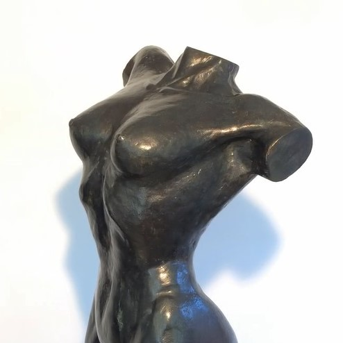 Kunstwerk in huis - vrouwenbeeld van brons