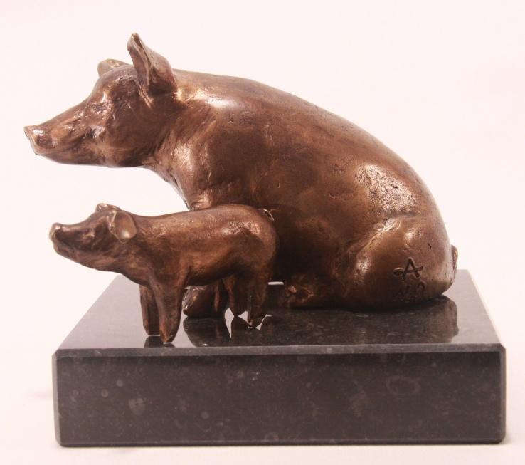 Bronzen beeld van varken op sokkel