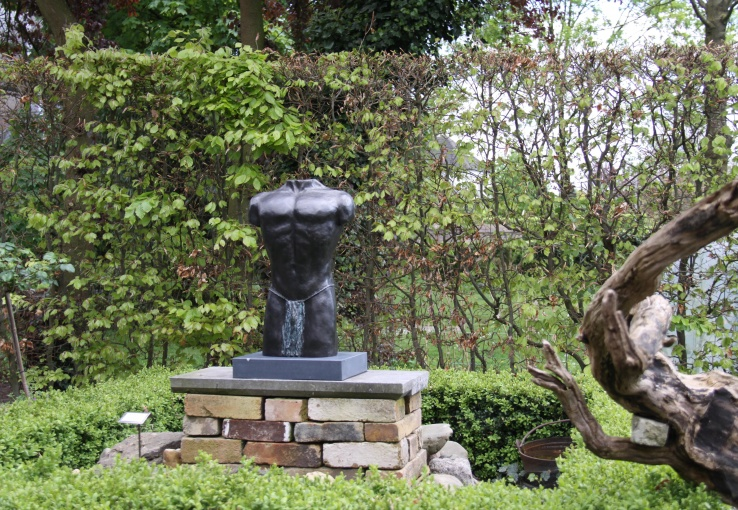 Mannentorso in tuin - bronzen beeld