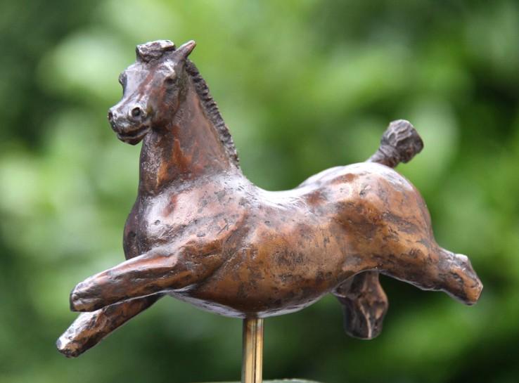 paardenbeeld van brons in huis of tuin
