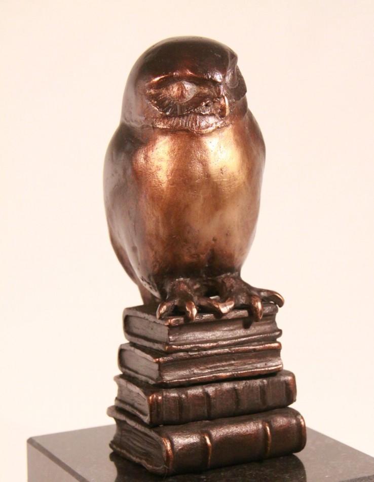 Relatiegeschenk Bronzen uil op boeken