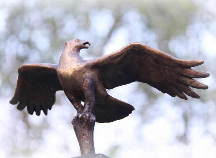 Bronzen beeld - roofvogel: dreigende visarend