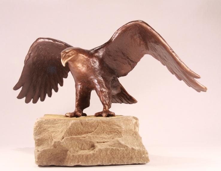 bronzen beeld zeearend