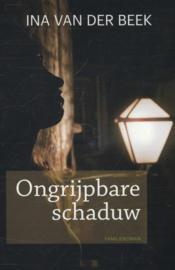 Beek, Ina van der-Ongrijpbare schaduw (nieuw)