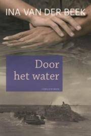 Beek, Ina van der-Door het water (nieuw)
