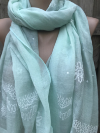 Mintgroene sjaal met witte print.