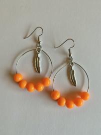 Oranje oorbellen met veertjes en kraaltjes | Koningsdag