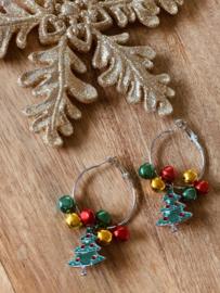 Oorringen voor de kerst, met belletjes en kerstboom.