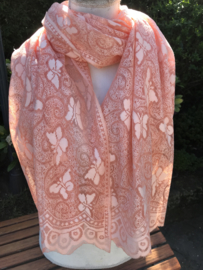 Zalmroze sjaal met vlinders.