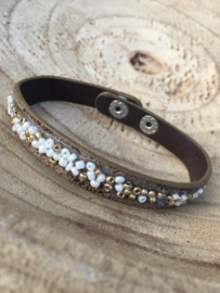 Bruine armband met kleine kraaltjes.