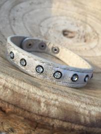 Zilverkleurige armband met strass.