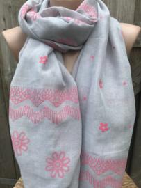 Grijze sjaal met roze print.