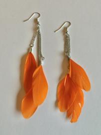 Oorbellen met oranje veertjes voor Koningsdag.