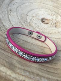 Roze armband met kleine kraaltjes.