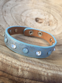 Blauwe armband met strass.