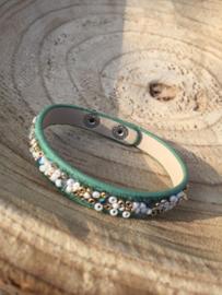 Groene armband met kleine kraaltjes.