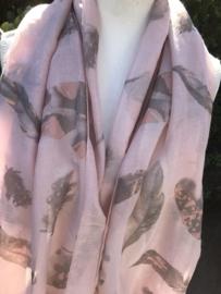 Oudroze sjaal met veertjes en gouden glitters.