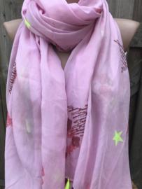 Roze sjaal met print en neon kwastjes.